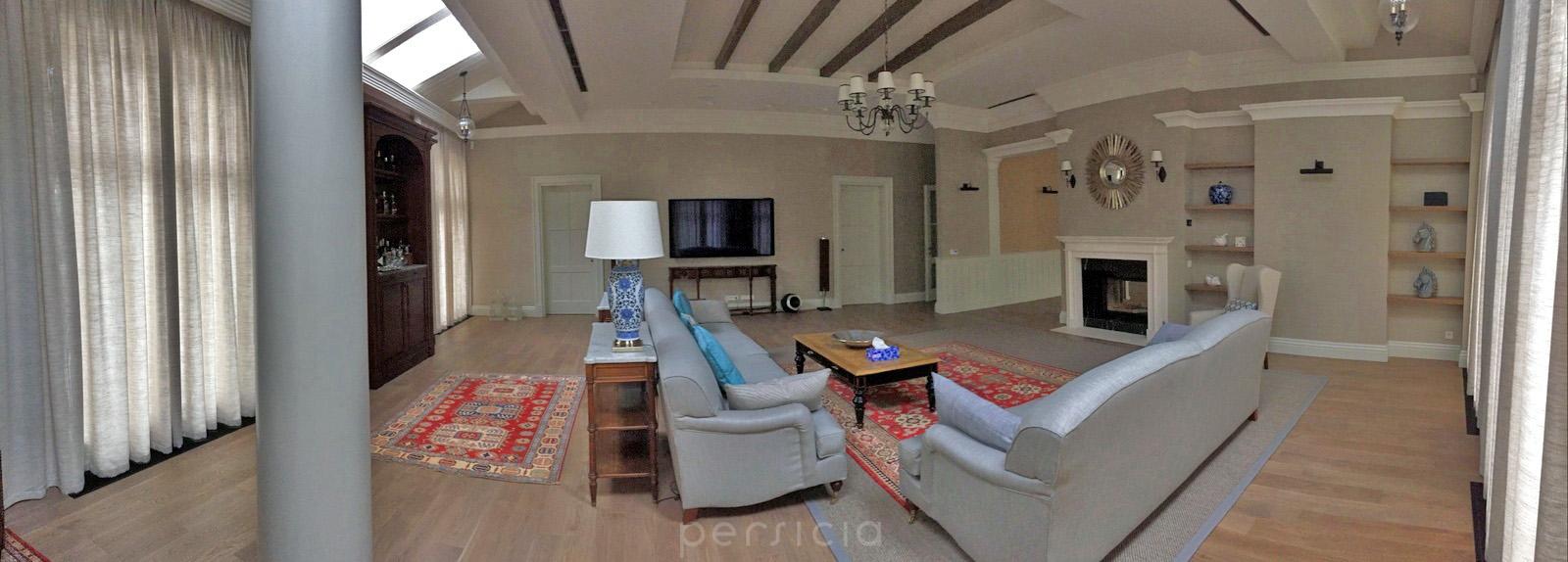 Роскошный интерьер гостиной с коврами