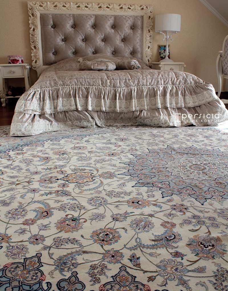 Светлые элитные ковры в спальнюю