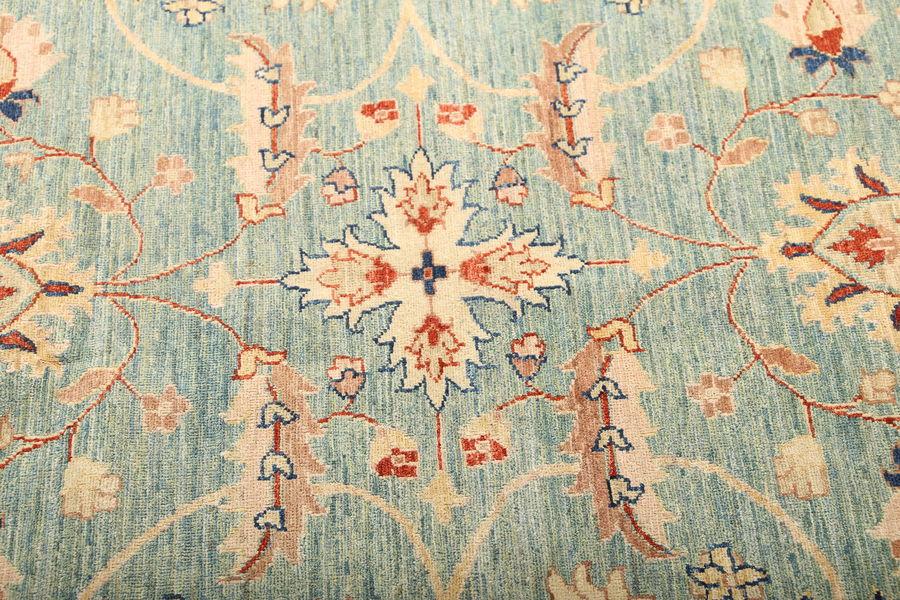 Фрагмент ковра Чуби: ярко видны перепады оттенков, естественные для натуральных красителей. Афганские ковры Персиция окрашены только натуральными красителями.