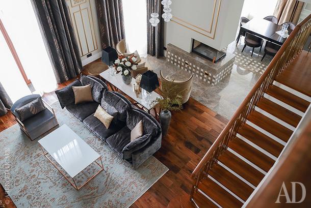 Вид со второго этажа на гостиную и столовую. Журнальный стол и консоль, Abhikа. Ковер, Persicia, ручная работа, шерсть с шелком